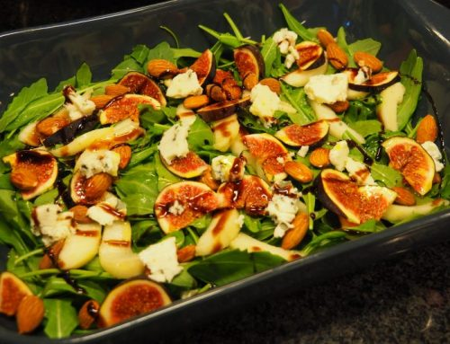 Salad with figs, pear and blue cheese